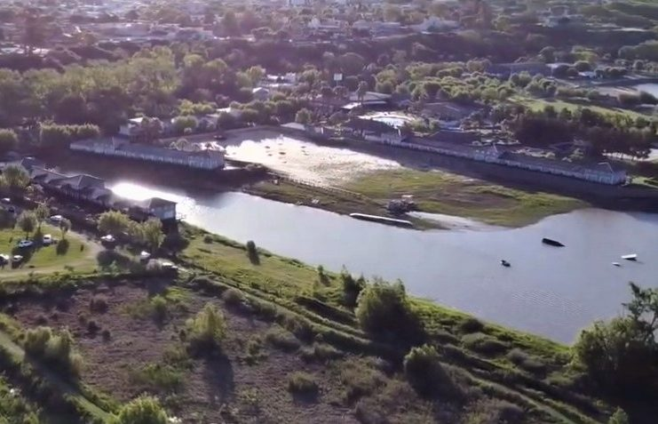 El Howard Johnson desde el río y desde el aire.
