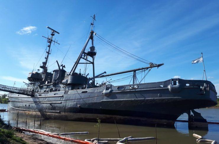 El buque museo General Irigoyen, en medio de las tareas de adrizamiento.