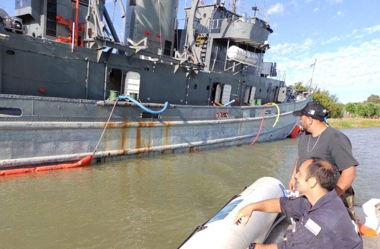 Personal de la Armada trabajó para adrizar el buque.