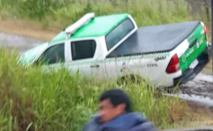 La camioneta de Roleri quedó en una zanja y la rescató un tractor.