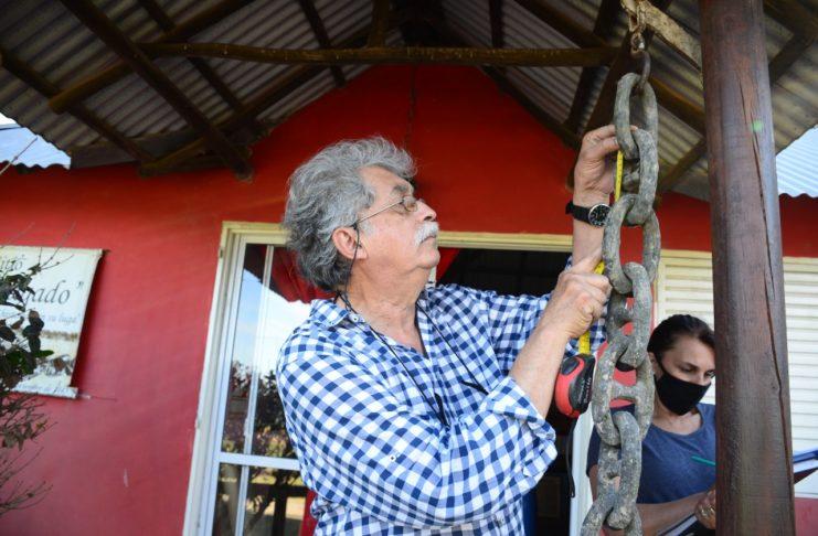 El doctor Mariano Ramos con las cadenas de la Batalla.