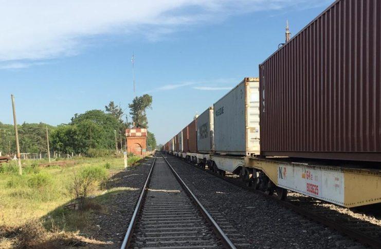 La formación quedó sobre las vías y obstruye el tránsito por ruta 191.