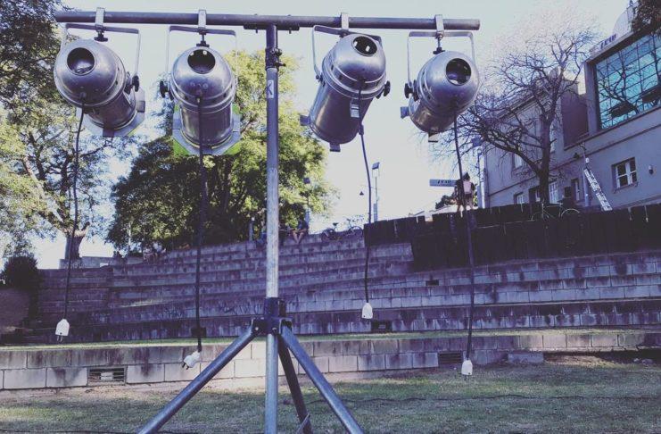 Todo listo para la primera función de teatro al aire libre en el Vía Crucis.