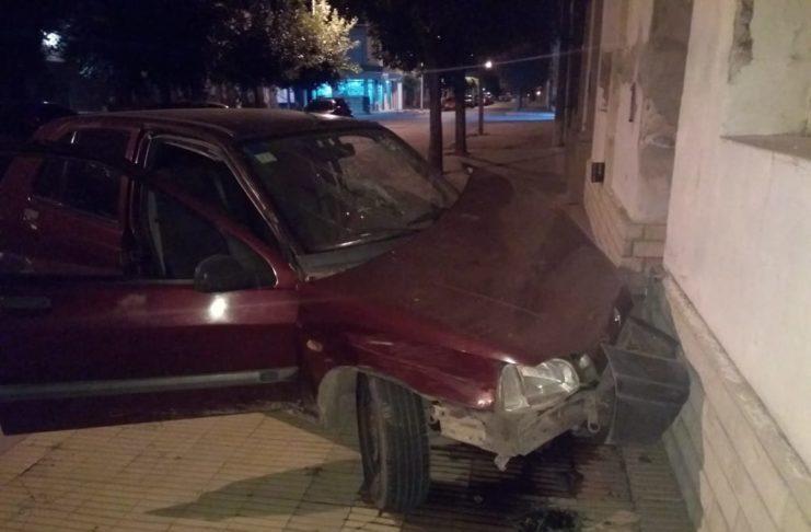 El Renault Clío impactó de lleno sobre el frente de una vivienda.
