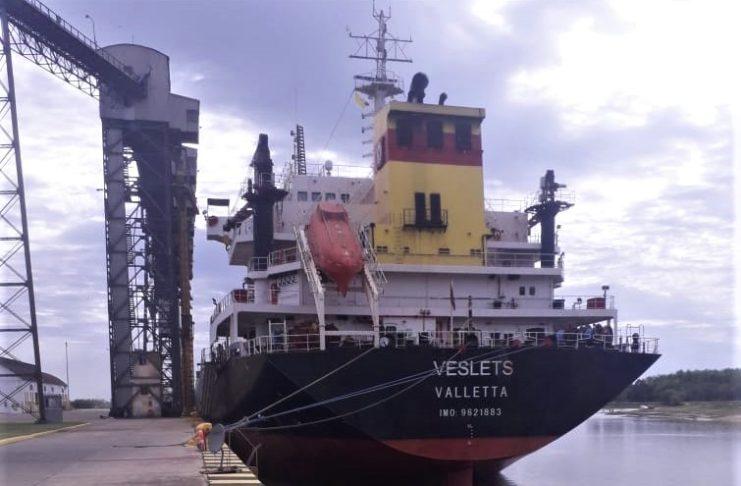 El buque tiene para dos días de carga y zarpa hacia Turquía.