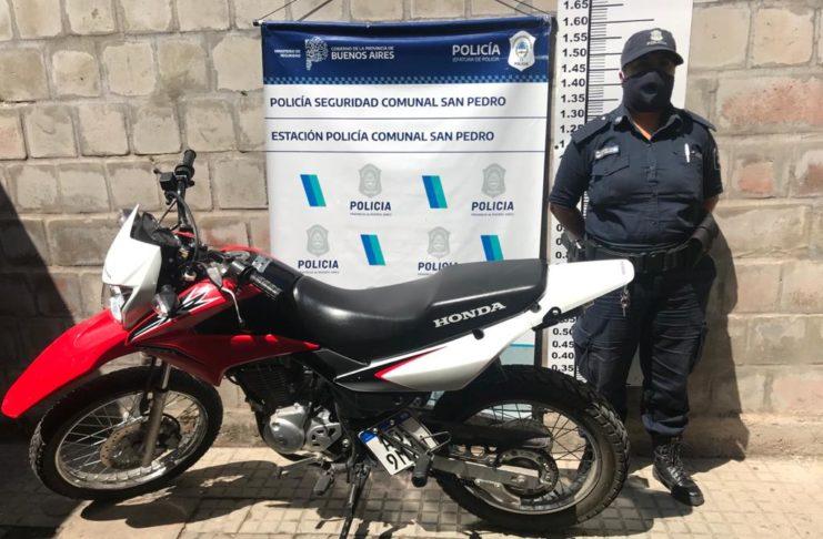 La policía recuperó la moto y el celular en el bario Hermano Indio.