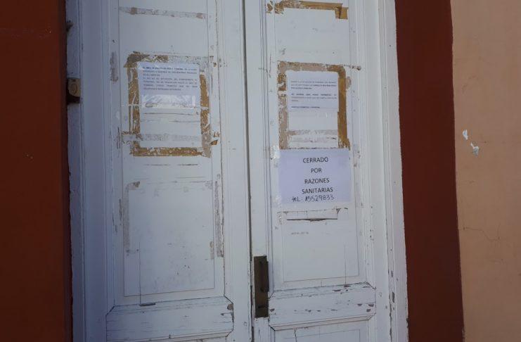 Un cartel en la sede de la Defensoría advierte: