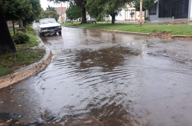 La zona de Sarmiento e Yrigoyen, este viernes por la mañana, bajo la lluvia.