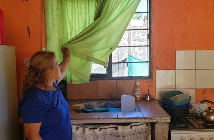 La madre de Jonathan y Agustín Luna, en la ventana por donde