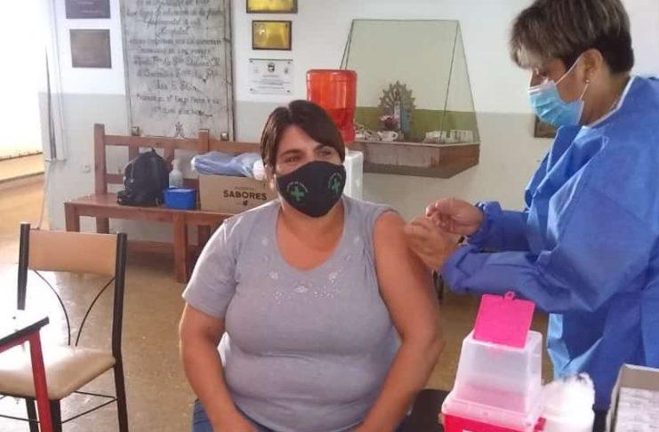 Vanesa, la primera vecina de Vuelta de Obligado en vacunarse contra la COVID.