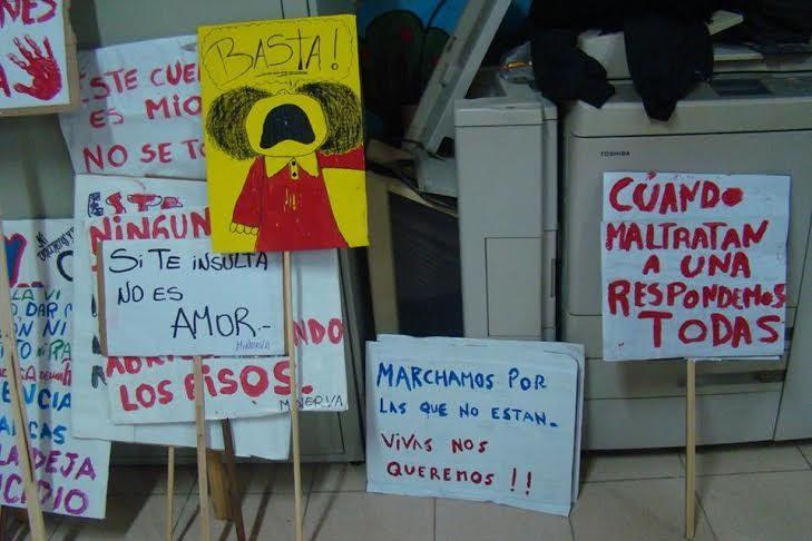 Pancartas de movimientos locales para una de las marchas #NiUnaMenos.