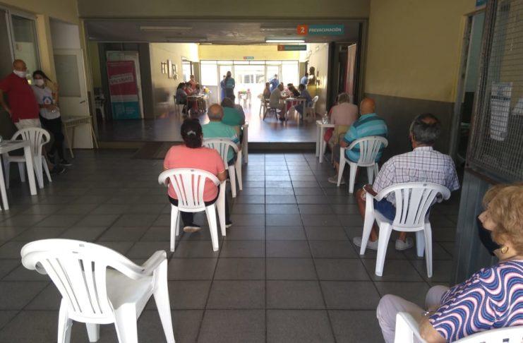 Mayores de 70 años esperaban para vacunarse en la escuela Industrial.