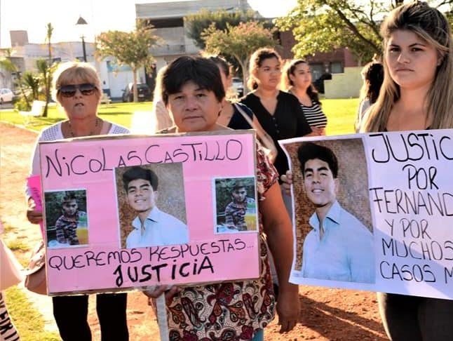 La madre de Nicolás Castillo sostiene un cartel en una de las tantas manifestaciones en las que pidió justicia.