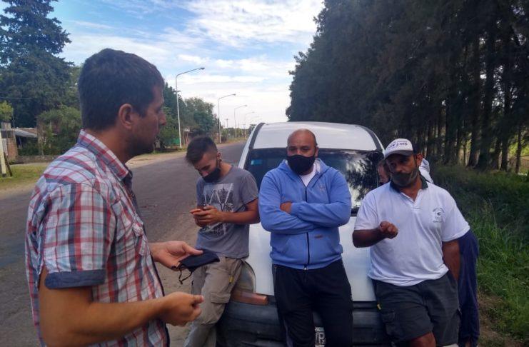 Ariel Rey dialoga con representantes del sindicato de Camioneros en el depósito de Lucio Mansilla.