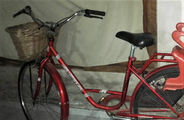 La bicicleta robada afuera de la carnicería.