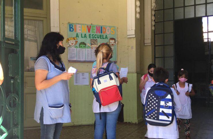 Con termómetro y alcohol, docentes recibirán a los estudiantes desde el lunes.