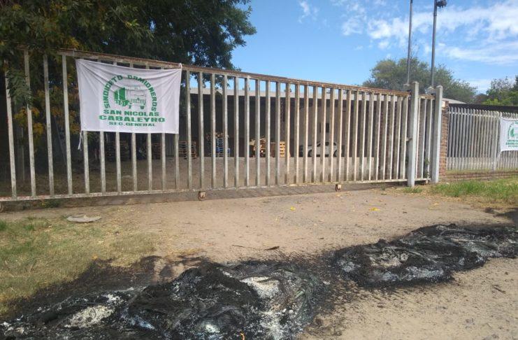 El depósito de Lucio Mansilla, con restos de cubiertas quemadas durante este martes.