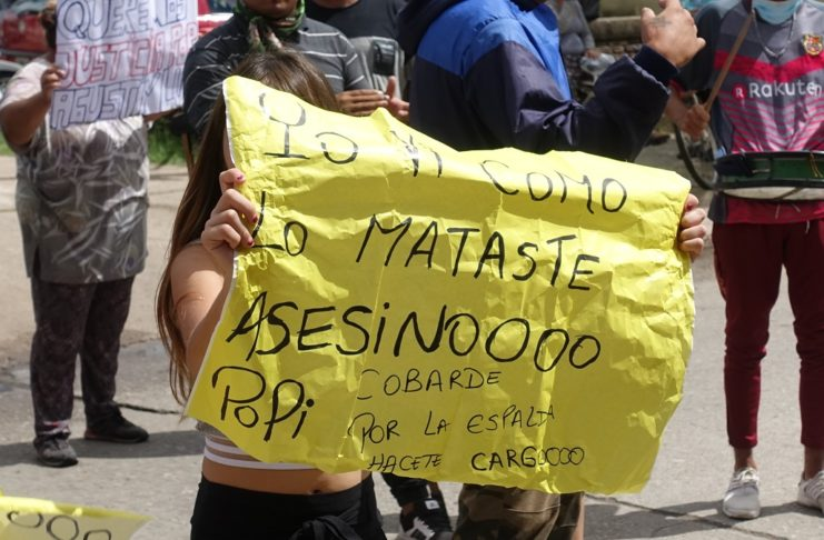 La hija de Agustín Luna, durante la marcha organizada por sus familiares.
