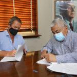 Reano y Salazar firmaron el contrato.