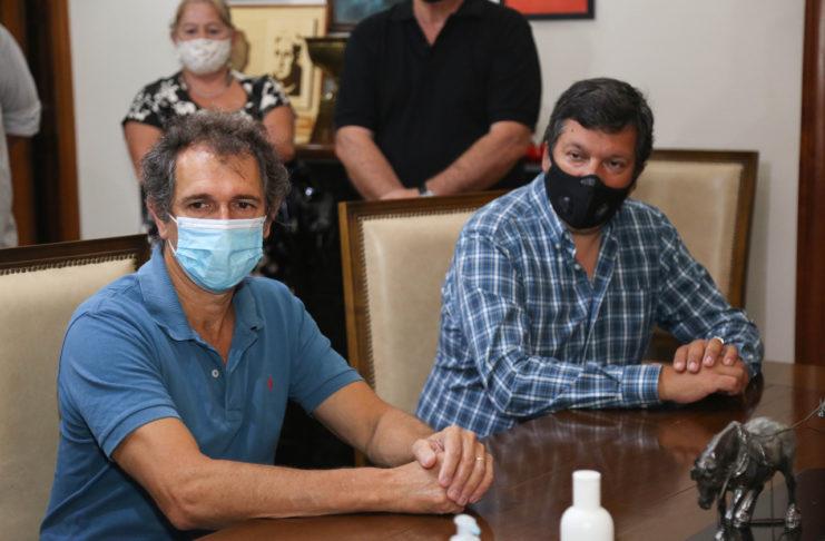 Javier Silva junto al secretario de Economía, Fabián Rodríguez, en la firma de un contrato de obras.
