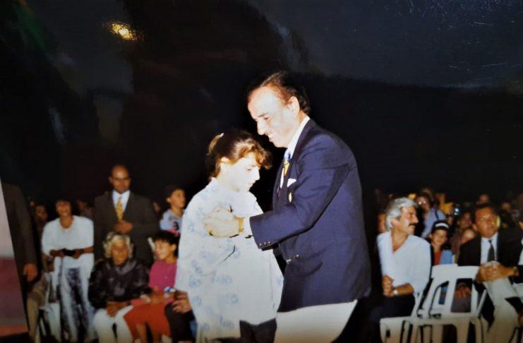 Menem baila en la Fiesta del Durazno de Gobernador Castro, a la que llegó sin avisar.