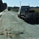 El deteriorado camino de acceso a Gobernador Castro fue bacheado en varias oportunidades por la Municipalidad.