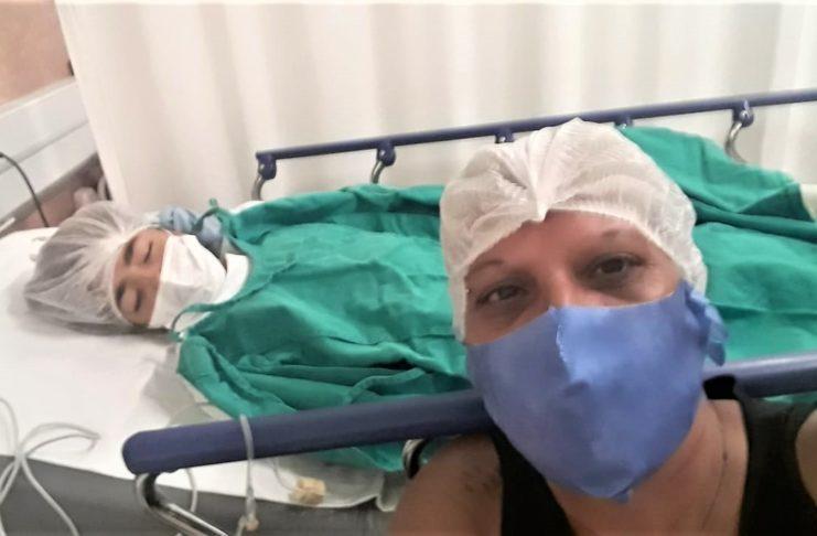 Oriana junto a su mamá tras la operación en el Garrahan.