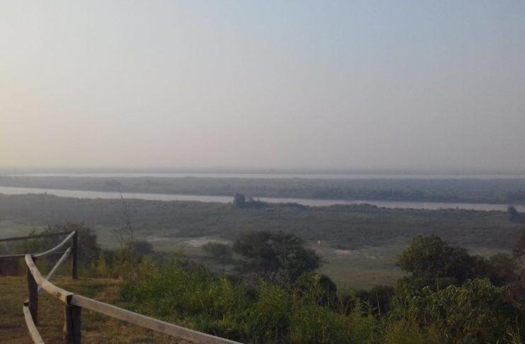 Una densa cortina de humo se veía desde la costa.
