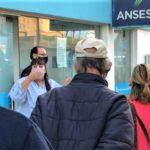 La titular de ANSES explicó la situación a quienes hacían cola en la sede.