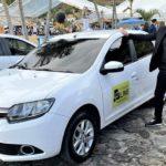 """""""Hacho"""" Monzón, uno de los referentes de Intense Live San Nicolás, posa con uno de los autos en el evento en Colombia."""