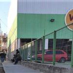 La fila en Consultorios Amarillos llegó a calle Miguel Porta por la tarde.