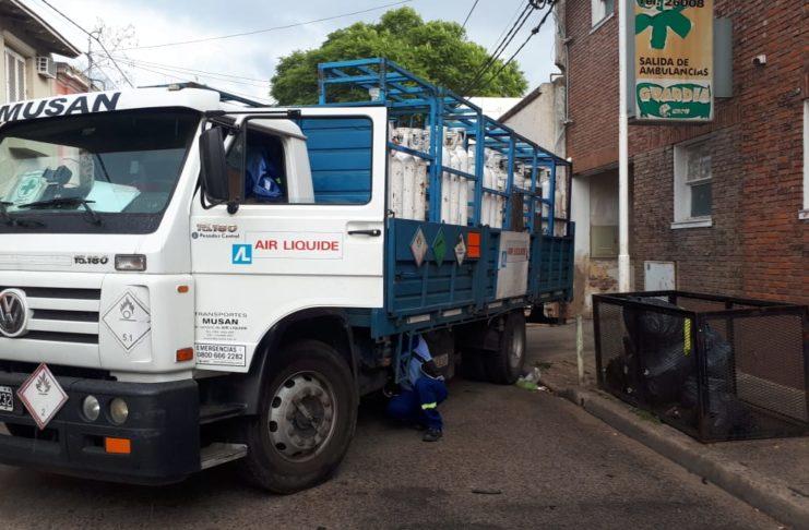 El camión quedó varado en medio de calle Belgrano.