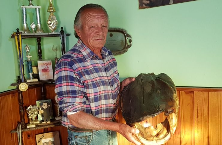 Puccio Mastroianni en su casa, con una de las piezas que lo hicieron famoso como pescador.