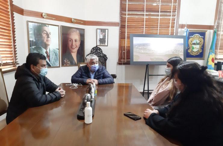 Cecilio y Ramón Salazar, reunidos con Tamara Vlaeminck y Camila Caballero, de La Cámpora local.