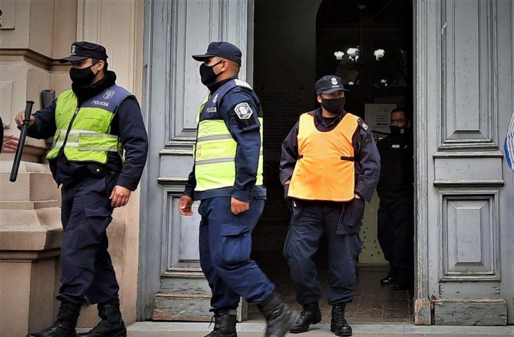 Policía en la puerta de la Municipalidad.