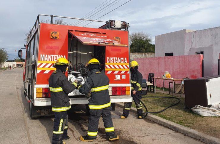 La tarea de los voluntarios impidió que el fuego se propague.