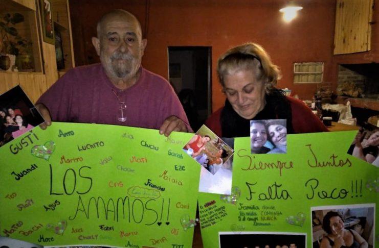 Juanjo y Mimí, con los carteles que les llevaron sus nietos.