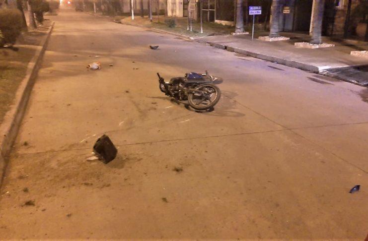 El motociclista sufrió lesiones que ponen en riesgo su vida.