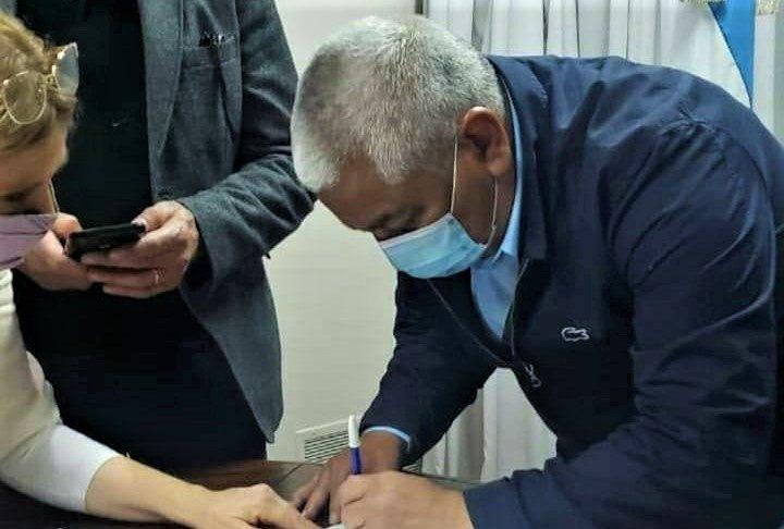 El momento en que Cecilio Salazar firmó para su precandidatura a diputado por el Frente de Todos.