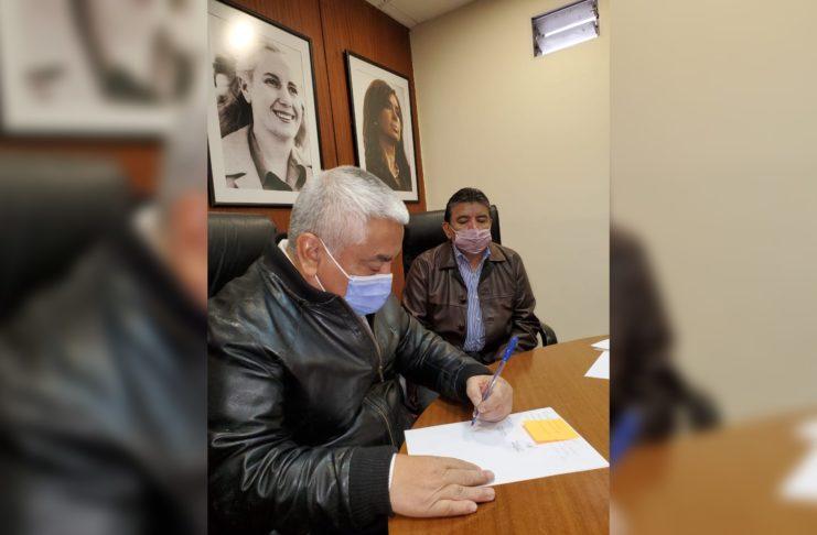 Salazar, en el momento de la firma.