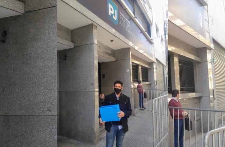 Acosta en la puerta de la sede del PJ, este viernes.