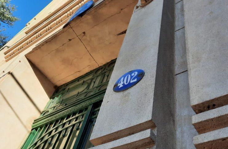El cartel enlozado con la numeración en el frente de la escuela 1.
