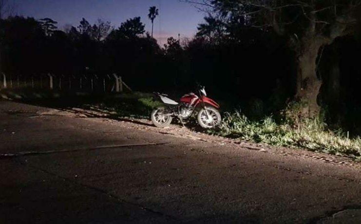 La pareja perdió el control de la moto y cayeron al asfalto.