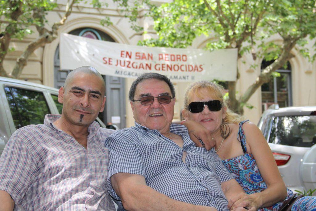 """Roberto Galarza junto a sus hijos Saúl y Fabia, en las audiencias por la megacausa Saint Amant II. Foto: Jorge """"Coqui"""" López."""