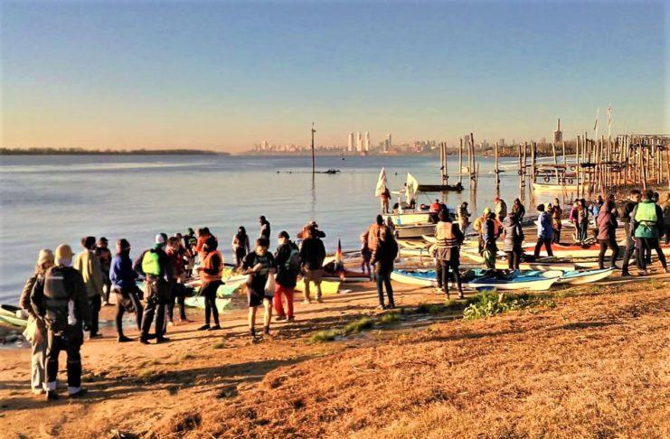 Los kayakistas preparándose para la travesía, este martes en Rosario.