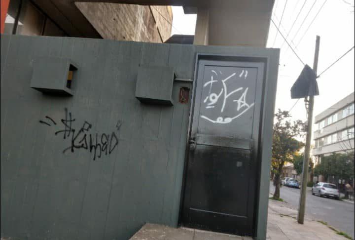 Puertas, portones y paredes aparecieron pintados con aerosol.