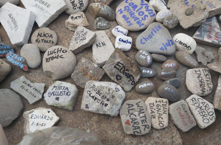 Los nombres de Mirta Sallustio y Roberto Clapcich, presentes en la Marcha de las Piedras.