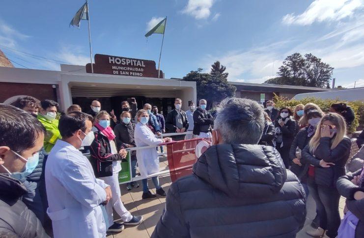 La asamblea de CICOP, con Creus, este jueves en la puerta del Hospital.