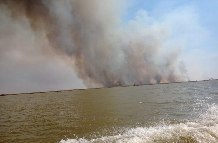 Así ardía a la altura del km 255 del río Paraná, en Lechiguanas.