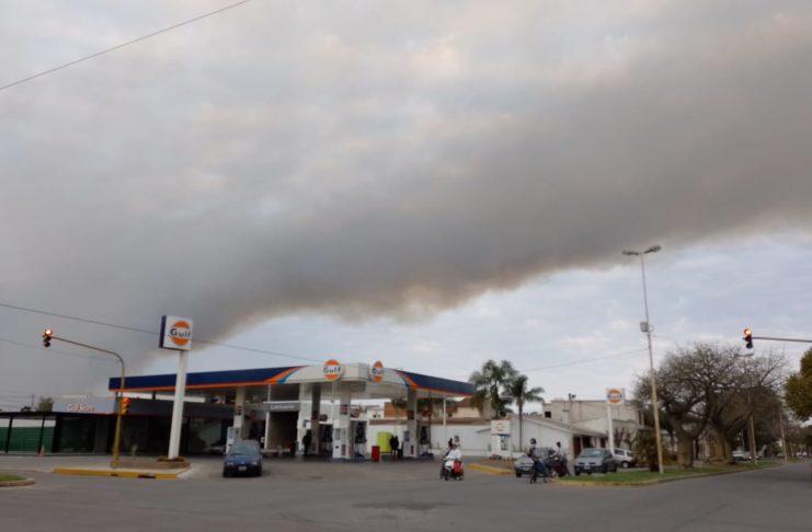 Así se veía el humo pasadas las 17.00 en Sarmiento y 3 de Febrero.